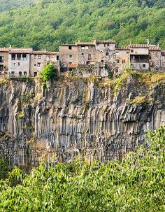 Castellfollit de la Roca - Cliff Top Town in Spain ~ Kuriositas