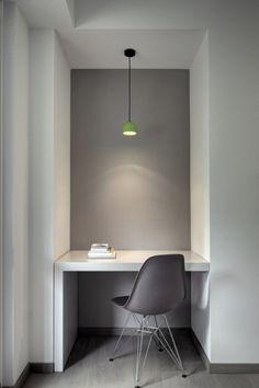 Idée déco : Un petit bureau blanc devant un mur gris anthracite