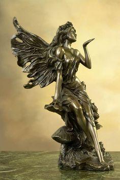 Przepiękna i niespotykana figura w stylu secesyjnym, przedstawiająca uroczego elfa posyłającego całuska . Doskonałe w każdym szczególe współczesne wykonanie według wzoru z końca XIX wieku. Figura niezwykle dekoracyjna, świetnie się prezentuje w każdym wnętrzu, wymarzona na niepowtarzalny prezent. Konglomerat ceramiczno-alabastrowy pokryty warstwą brązu. Wymiary: wysokość ok. 26 cm Bronze Sculpture, Fairies, Sculpting, Modern Art, Sculptures, Angels, Auction, Statue, Dolls