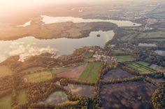 Vzadu je rybník Svět, uprostřed Opatovický rybník, úplně dole a zleva: rybníky Chodec, Oborský, Stavidlo u Ovčína, Velké Stavidlo, Malé stavidlo a zcela vpravo dole Velké Stavidlo. Upřímně, kam se hrabe Finsko!