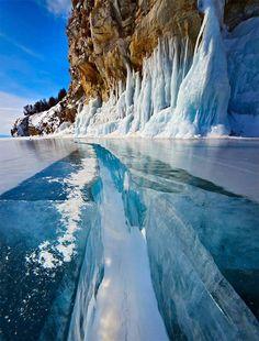 Glace Turquoise dans le Lac Baïkal en Russie