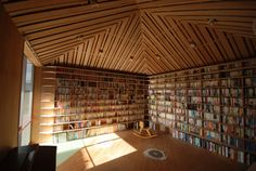 Home library designed by Atelier Bow-Wow, Tokyo, Japan 20 Beautiful Private and Personal Libraries – Flavorwire Bow Wow, Creative Bookshelves, Bookshelf Design, Beautiful Library, Dream Library, Future Library, Attic Library, Library Books, Home Library Design