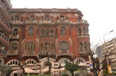 Ένα από τα πιο γνωστά και ωραιότερα δείγματα Αρχιτεκτονικής της εποχής του Μεσοπολέμου είναι το Κόκκινο σπίτι στην Πλατεία Αγίας Σοφίας. Το βλέπαμε όλοι παραδομένο στη φθορά του χρόνου αλλά η αγορά του από τον επιχειρηματία Ιβάν Σαββίδη δίνει ελπίδες για την πλήρη αποκατάστασή του.