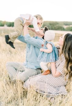 The sweetest family session Family Photography Outfits, Family Photo Outfits, Clothing Photography, Family Photo Sessions, Family Posing, Family Portraits, Farm Photography, Family Family, Happy Family