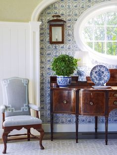 Beautiful wallpaper echoes the china prints to perfectly bring this European classic style room together