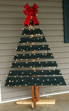 Make a Christmas Tree From Old Pallets We just LOVE pallet craft ideas – especially Christmas decorations! Last year, we shared this picture of a DIY pallet Christmas tree on … Wooden Christmas Trees, Outdoor Christmas Decorations, Rustic Christmas, Tree Decorations, Christmas Ornaments, Christmas Centerpieces, Xmas Trees, Christmas Wreaths, Black Christmas