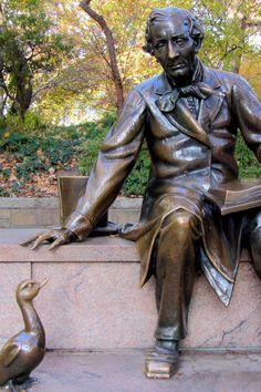 Die Lebensgeschichte des H. C. Andersen, eines der größten Märchenerzählers, der jemals gelebt hat.  Das und noch mehr auf unserem Kulturblog - Der Leiermann Hans Christian, Garden Sculpture, Buddha, Statue, Blog, Art, Classical Music, Visual Arts, Literature