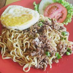 From: http://cemilan.larisin.com/post/143579199536/cuaca-seperti-ini-cocoknya-makan-indomie-empal