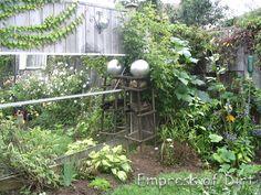 Ideas For Spectacular DIY Garden Balls - Garden Lovers Club Dream Garden, Home And Garden, Garden Fun, Garden Tips, Garden Mirrors, Mirrors In Gardens, Garden Balls, Garden Spheres, Garden Globes