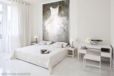 <p>Biała sypialnia, czyli klasyka koloru, prostota form i minimalizm w dodatkach. Ota piękna <strong>aranżacji sypialni</strong> w kobiecym wydaniu. Białe wnętrze sypialni jest czyste i niewinne, a przy tym urzeka wyjątkowym stylem. Za aranżację sypialni utrzymaną w teatralnym minimaliźmie odpowiada Ewa Bathelier.</p>