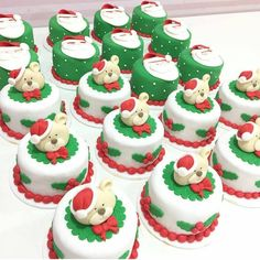 When it comes to Christmas party, we can't think of Christmas desserts, including cupcakes, cheesecakes and cookies. Mini Christmas Cakes, Christmas Cupcakes Decoration, Christmas Deserts, Holiday Cakes, Holiday Treats, Mini Cakes, Cupcake Cakes, Cupcake Ideas, Cake Icing