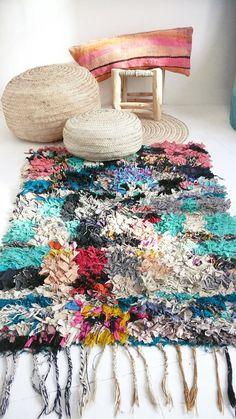 Tapis marocain Vintage - BOUCHEROUITE «couleurs»  Tapis de chiffon du Maroc appelé « boucherouite » en tissu recyclé par une femme berbère. Chaque tapis « Boucherouite Vintage » est unique.  Fournitures : restes de tissu, des fils démêlés ou fil de laine SICE: 130 x 85 cm  Bon état général.    Sil vous plaît, nhésitez pas à nous contacter si vous avez des questions ou des commentaires.  Nous acceptons les paiements Paypal, les virements bancaires sont acceptés par les utilisateurs de…