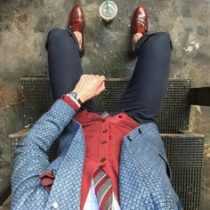 A menswear combination that perfectly mixes colors and patterns.