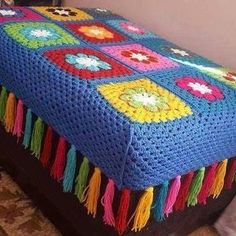 10 Creative Ways to Give a Makeover to Old Stools - Salvabrani Crochet Square Blanket, Baby Afghan Crochet, Granny Square Crochet Pattern, Crochet Motif, Crochet Stitches, Crochet Home, Diy Crochet, Crochet Crafts, Crochet Projects
