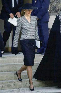 diana spencer lady di anniversary birthday memorable looks. Princess Diana Fashion, Princess Diana Pictures, Princess Diana Family, Princes Diana, Royal Princess, Christmas Outfit Women Casual, Diana Williams, Lady Diana Spencer, Royal Fashion