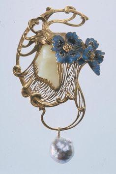 Pendentif Tête de femme coiffée de deux fleurs de pavotby René Lalique, France circa 1898-1899