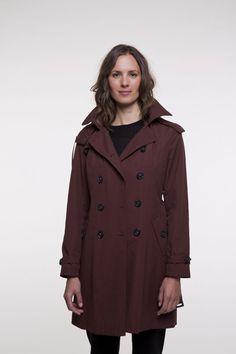 Trench d'hiver bordeaux à capuche amovible pour femme.