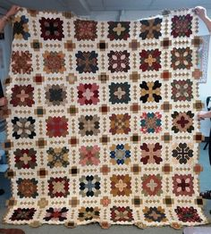 The Little Quilts shop owned by Henry Glass designer Mary Ellen Von Holt has fabulous customers. Muriel from the shop sent over this ph. Cross Quilt, Sampler Quilts, Beaded Cross Stitch, Boston, Traditional Quilts, Quilt Patterns Free, Sewing Patterns, English Paper Piecing, Quilting Designs