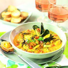 Bouillabaisse de moules INGRÉDIENTS BOUILLABAISSE DE MOULES 2 litres de moules de bouchot 2 tomates  2 pommes de terre  1 poireau  2 oignons 2 gousses d'ail 1 branche de fenouil 15 cl de vin blanc sec 1 pincée de filaments de safran 1 écorce d'orange bio 1 brin de thym 4 cuillères à soupe d'huile d'olive  ½ bouquet de persil plat  Sel et poivre Pour la rouille :  1 jaune d'œuf  1 pomme de terre  2 gousses d'ail  15 cl d'huile d'olive  1 pincée de filaments de safran