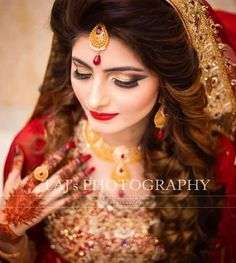 Find images and videos about wedding, bride and indian on We Heart It - the app to get lost in what you love. Hd Bridal Makeup, Bride Makeup, Pakistani Bridal Dresses, Pakistani Wedding Dresses, Bridal Lehenga, Pakistani Bridal Makeup Hairstyles, Pakistan Bride, Bridal Makeover, Bride Photography