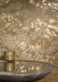MAHANDI -Hand-screen printed ginkgo leaf motif on acrylic-coated paper. Ceiling Design, Wall Design, Tapete Gold, Art Deco Bedroom, Bathroom Wallpaper, Bedroom Wallpaper Gold, Gold Money Wallpaper, Gold Chinoiserie Wallpaper, Metallic Wallpaper
