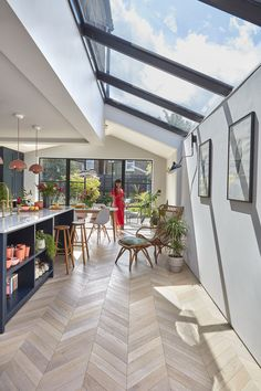 Planning a kitchen extension? Real home: a Victorian mid terr., Planning a kitchen extension? Real home: a Victorian mid terrace gets a striking open-plan kitchen extension Open Plan Kitchen Diner, Open Plan Kitchen Living Room, Open Kitchens, Open Plan Living, Retro Kitchens, Kitchen Family Rooms, Country Kitchens, Kitchen Small, Eat In Kitchen