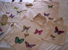 mariposas de colores pintadas a mano, sobre tela. Customizando bolsas de tela. trabajo del 2007