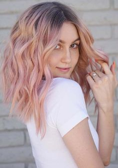 Tremendous Pink Hair Color on Medium Wavy Hair to Get An Inspiring Look - Couleur Cheveux 02 Light Pink Hair, Pastel Pink Hair, Hair Color Pink, Cool Hair Color, Dark Hair, Curly Pink Hair, Pink Blonde Hair, Peachy Pink Hair, Wash Out Hair Color