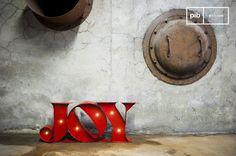 Das Leuchtschild Joy ist ein Deko-Objekt, das Ihrer Bar eine einzigartige Note verleihen wird. Durch seine Message wird es Ihre Gäste ein Lächeln ins Gesicht zaubern und durch seine Leuchtfunktion kann es gleichzeitig als Lampe dienen.
