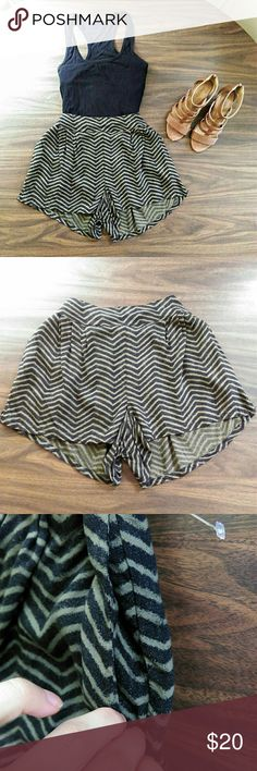 Flowy Shorts - Size XS - Chevron design - Black and olive green - Side pockets - Side slits - Excellent condition American Eagle Outfitters Shorts