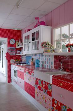 75 Favorite Colorful Kitchen Decor Ideas And Remodel For Summer Project - Home/Decor/Diy/Design Colorful Kitchen Decor, Kitchen Paint Colors, Boho Kitchen, Cute Kitchen, Red Kitchen, Vintage Kitchen, Awesome Kitchen, Colorful Kitchens, Retro Kitchen Decor