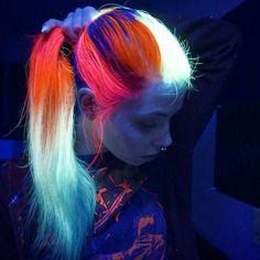 Cabelo colorido que brilha no escuro