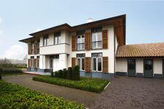 De vraag Ontwerp voor dit nieuwbouw landhuis in modern-klassieke stijl een interieur waarin de Indonesische- en Nederlandse cultuur van de bewoners bi...