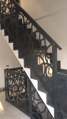 Staircase Railing Design, Modern Stair Railing, Modern Stairs, Balcony Grill Design, Balcony Railing Design, Main Gate Design, Door Design, Home Room Design, House Design