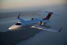 $3 Millones hasta lo $13 El precio del Learjet 45 es de una versión de segunda mano, pero en muy buen estado. Mientras que el Lear 75 cuenta con una aviónica actualizada y mejor rendimiento.  Tiene capacidad para 8 pasajeros mientras que vuela a 0.75 Mach con un alcance de 2.000 millas náuticas.