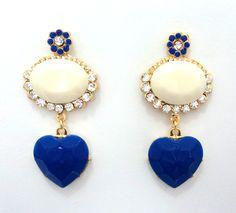 C�d: BD337 <br>Tam: 7 cm <br> <br>Brinco em banho de ouro com pedras de resina branca e azul bic e strass.