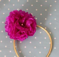 Silkepapirsblomst med perle.