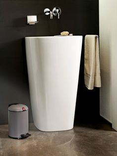 The silent, seal-tight cosmetics bin with the curved lid and clip, coloured in matt grey.