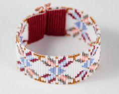 Ce bracelet lumineux diamants perle Loom a été inspiré par tous les beaux natif et Latin American modèles que je vois autour de moi à Albuquerque, Nouveau-Mexique. Comme pour toutes mes pièces, je lai ai créé sur un métier à tisser perles avec grand soin et souci du détail.  Remarque importante : S'il vous plaît mesurer votre poignet avant le placement de commande, pour assurer un ajustement adéquat. Ces bracelets ne sont pas réglables.  Les perles utilisées dans cette pièce sont mes…