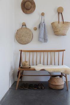derniere tendance déco kinfolk : matieres naturelles couleurs neutres entrée mur de chapeaux paille style kinfolk