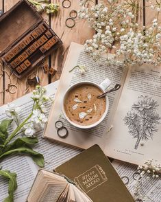 Books and coffee - is there anything better? Cozy Aesthetic, Aesthetic Coffee, Autumn Aesthetic, Brown Aesthetic, Aesthetic Images, Aesthetic Vintage, Flat Lay Photography, Coffee Photography, Aesthetic Pastel Wallpaper
