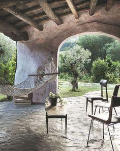 La terrasse couverte comme transition entre l'intérieur et l'extérieur d'une ancienne ferme italienne.
