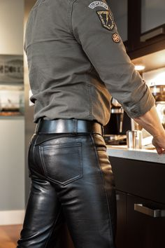 Leather Jeans Men, Tight Leather Pants, Biker Leather, Leather Trousers, Mens Fashion Wear, Leather Fashion, Nice Casual Outfits For Men, Latex Men, Leder Outfits