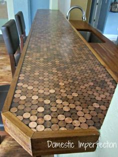 Penny Countertop Using pennies and epoxy to cover the counter top how cool is that! And since the penny is no longer going to be used, for those of us that have buckets at home, now you know what you can do with them. Penny Countertop, Tile Countertops, Backsplash, Up House, My Dream Home, Home Projects, A Table, Diy Furniture, Designer