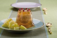 Frullate il prosciutto cotto tagliuzzato con il formaggio cremoso. Montate la panna e incorporatela con delicatezza al frullato.Preparate la gelatina secondo...