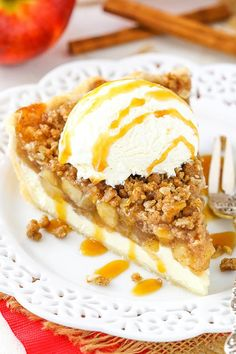 This Apple Crumb Cheesecake Pie is made with a layer of cheesecake, homemade apple pie filling and an oatmeal crumb topping! It's a delicious pie with a wonderful combination of flavors and textures! Best Apple Recipes, Apple Dessert Recipes, Köstliche Desserts, Delicious Desserts, Recipes Dinner, Apple Crumb Cheesecake, Cheesecake Pie, Cheesecake Recipes, Apple Crumb Pie