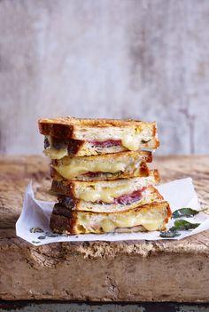 치즈와 햄, 세이지를 채운 프렌치토스트
