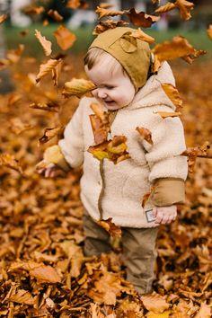 Nehéz elkerülni, hiszen sapkára szükség van a fejbőr védelmében, de azért jó lenne megúszni ezt a dolgot, ugye? A koszmó elleni babasamponunkkal tegyél egy próbát megelőzés vagy tüneti kezelés során is sok családnál bizonyított már! 🙂 Szükséged lenne pár jótanácsra a témában? Keress minket bizalommal! Photoshop Actions, Adobe Photoshop, Camara Canon Eos, October Baby, Cute Baby Photos, Baby Pictures, Autumn Photography, Family Photography, Fall Family
