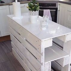 Pallet kitchen island - 70 Stylish and Inspired Farmhouse Kitchen Island Ideas and Designs Pallet Kitchen Island, Farmhouse Kitchen Island, Pallet Island, Diy Kitchen, Rustic Kitchen, Pallet Bar, Kitchen Islands, Pallet Wood, Pallet Benches