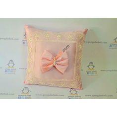 Pudra Fiyonk Takı Yastığı sizin ve bebeğiniz için özel olarak tasarlanarak el emeğiyle üretildi. Pengu Bebek